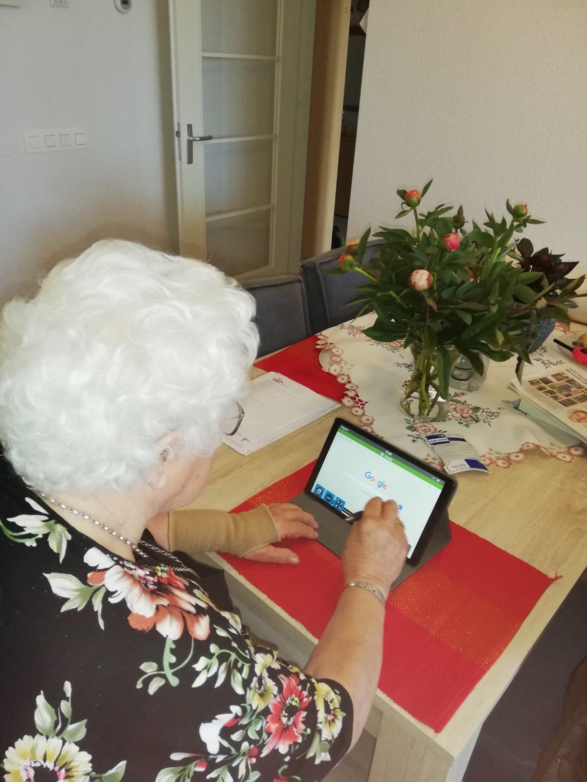 Beeldzorg: mevrouw Becker ontvangt eerste Compaan-tablet